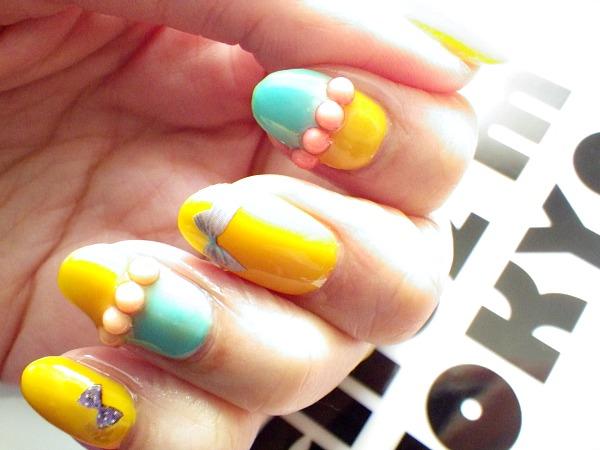 IMGP2349 modeles ongles nail art aux couleurs vives jaune bleu nail salon prothésiste ongulaire styliste ongulaire a nantes